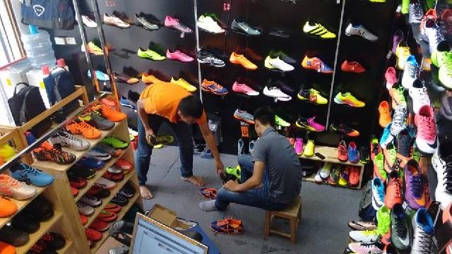 Những băn khoăn khi chọn giày đá bóng